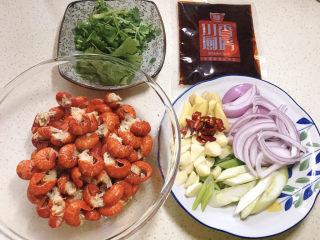 麻辣小龙虾尾拌面,虾尾解冻、洋葱切丝、葱切马蹄、姜切片、蒜切粒、干辣椒切段、香菜切段,调料备齐待用
