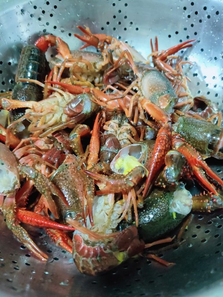 爆炒小龙虾,去虾头虾线,用牙刷刷干净备用