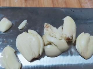 爆炒小龙虾,拍几瓣蒜蓉备用