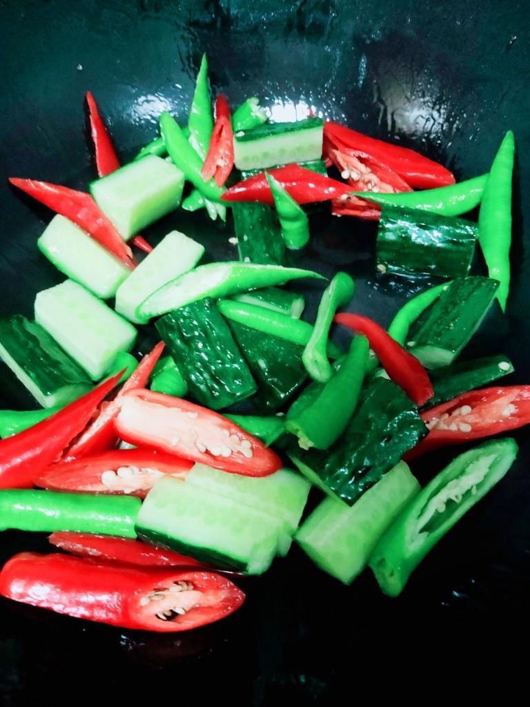 爆炒小龙虾,起锅烧油,大火,下黄瓜,双椒,加入1/5调料水