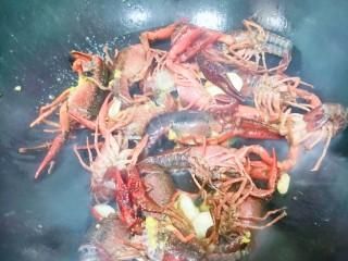 爆炒小龙虾,转大火🔥,下小龙虾