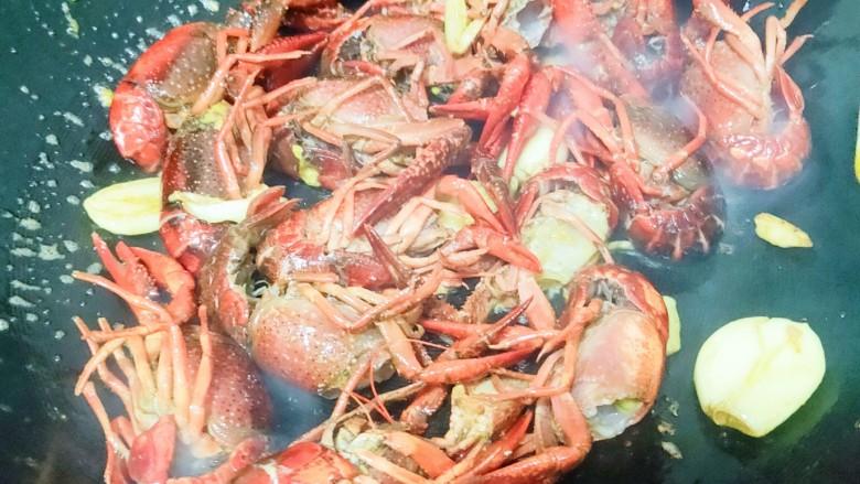 爆炒小龙虾,炒至小龙虾全变红