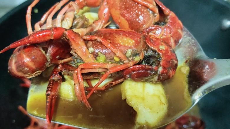 爆炒小龙虾,调料水干后,再加入一碗水