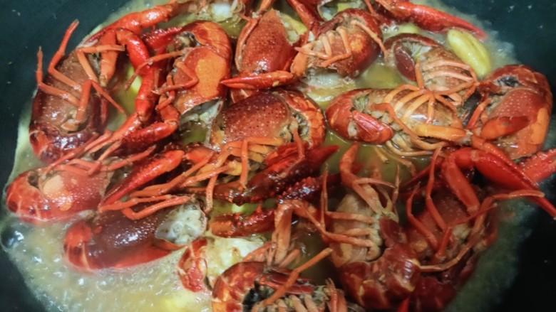爆炒小龙虾,盖锅盖焖煮20分钟左右