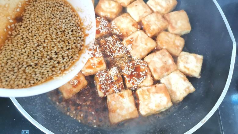 家常烧豆腐,煎好的豆腐倒入料汁烧开炒匀即可