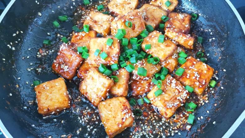 家常烧豆腐,加入葱花