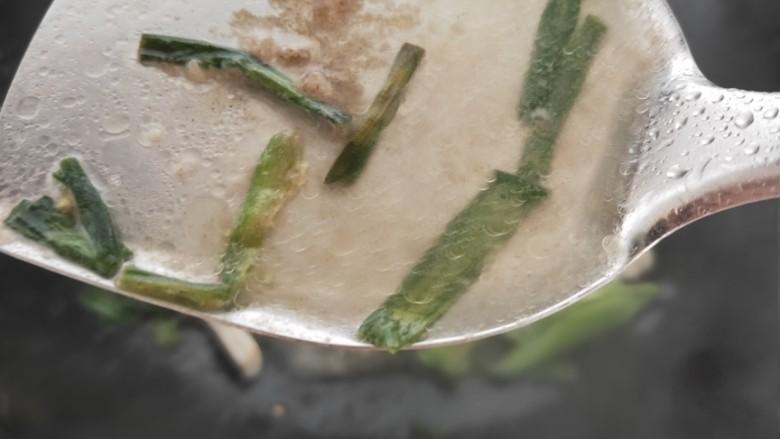葱爆鱿鱼,加少许水融化调料