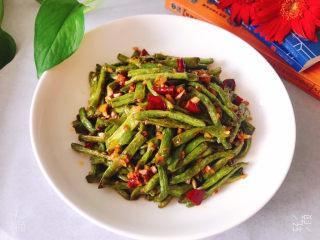干煸豇豆,盛入盘中即可开吃了,真是香辣又下饭,太好吃了😋😋,害得我中午多吃了一碗米饭🍚😂😂