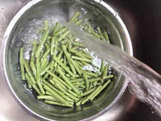 干煸豇豆,把豇豆洗干净