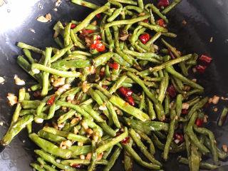 干煸豇豆,再倒入煸好的豇豆翻炒均匀即可出锅