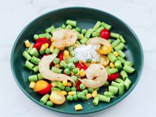 虾仁芝士吐司汉堡,加入适量盐和黑胡椒碎,芝士粉和罗勒碎。