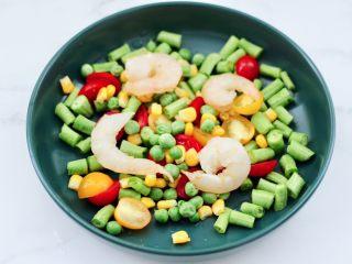 虾仁芝士吐司汉堡,番茄和长豆角,豌豆和玉米粒,虾仁洗净混合在一起。