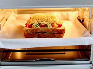 虾仁芝士吐司汉堡,把放有吐司的烤盘,放入烤箱中层。