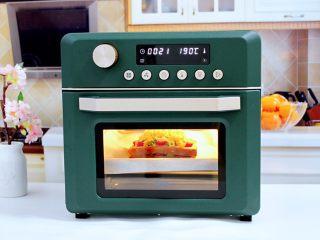 虾仁芝士吐司汉堡,上下火180度烤15分钟即可。