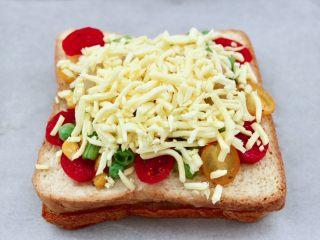 虾仁芝士吐司汉堡,再撒上满满的奶酪芝士碎,ACA 空气炸烤箱200度提前预热10分钟。
