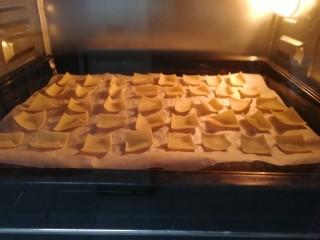 烤豆皮【好多鱼】,烤3分钟,四边开始翘起。