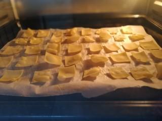 烤豆皮【好多鱼】,烤5分钟,有的豆皮开始轻跳起泡泡。