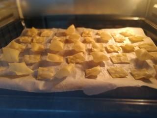 烤豆皮【好多鱼】,烤10分钟,有的已经全部鼓起,再烤5分钟。