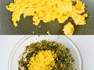 宝宝爱吃的营养丰富素包子(多种食材),鸡蛋炒熟后用锅铲弄成小小块,放入馅盆中搅拌均匀。