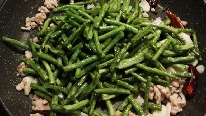干煸豇豆,放入干煸的豇豆
