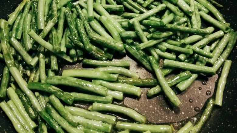 干煸豇豆,炒至豇豆脱去水分 完全熟透 表皮皱皱的 盛出备用