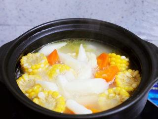 玉米胡萝卜山药排骨汤,再加到汤中