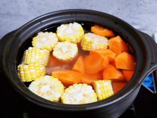 玉米胡萝卜山药排骨汤,加入清水