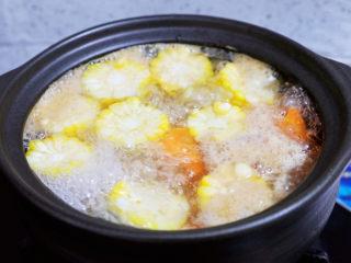 玉米胡萝卜山药排骨汤,大火煮开