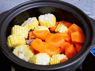 玉米胡萝卜山药排骨汤,加入胡萝卜和玉米