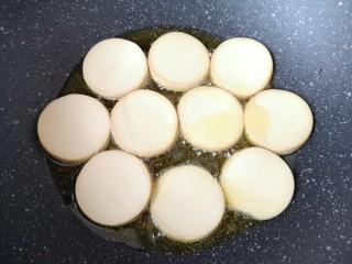 红烧素鸡,炒锅内倒多一点食用油烧热,放入素鸡片。