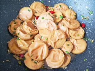 红烧素鸡,中火焖炒5分钟左右,让素鸡入味。