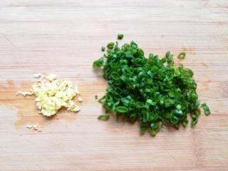 千张包肉,小葱叶切碎,生姜剁成碎末。