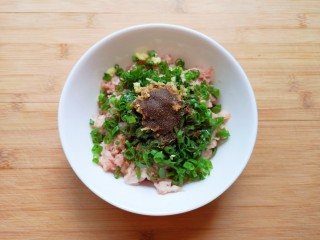 千张包肉,放上十三香,小锅里倒一勺食用油烧热,浇在十三香上面。