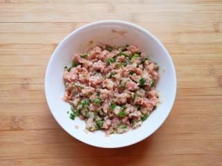 千张包肉,搅拌均匀,让肉馅静置一会儿。