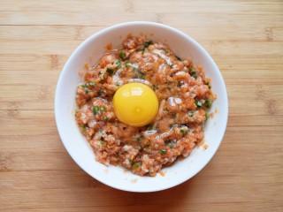 千张包肉,打入一个鸡蛋搅拌均匀。