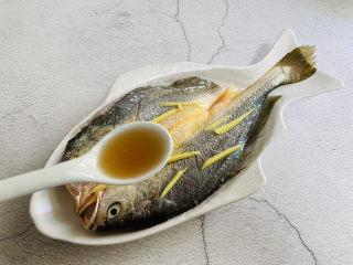 葱油黄鱼,淋上料酒去腥