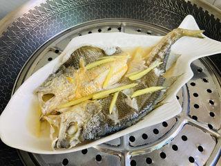 葱油黄鱼,蒸熟后的黄鱼,倒出汤汁