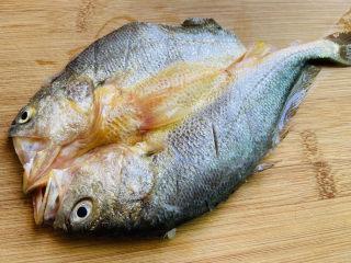 葱油黄鱼,黄鱼背上划三刀,取适量盐涂抹鱼身