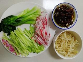 老北京炸酱面,肉酱和菜准备完,开始煮面。