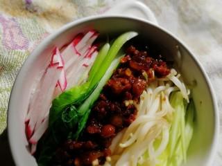 老北京炸酱面,面条控干水份,把青菜和肉酱平铺在上面。