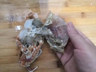 香辣螃蟹,再把螃蟹壳,剥开