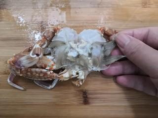 香辣螃蟹,把蟹鳃,蟹心,蟹嘴去掉