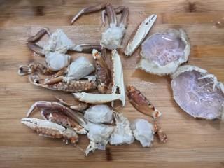香辣螃蟹,把洗干净的螃蟹,切成小块,备用