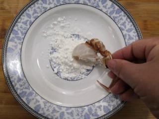 香辣螃蟹,准备好淀粉,把腌制好的螃蟹,裹上淀粉