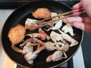 香辣螃蟹,把螃蟹的两面,煎至通红