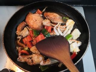香辣螃蟹,用铲子,推拌均匀,大火烧煮