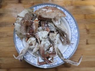 香辣螃蟹,裹上淀粉的螃蟹,放盘中,备用