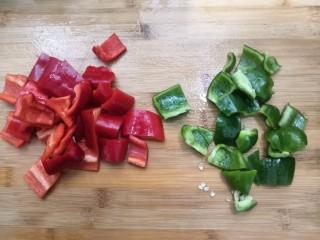 香辣螃蟹,把青红椒,洗干净,切成小块,备用