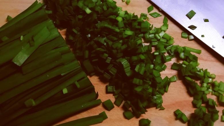 韭菜锅贴,韭菜择洗干净 切碎