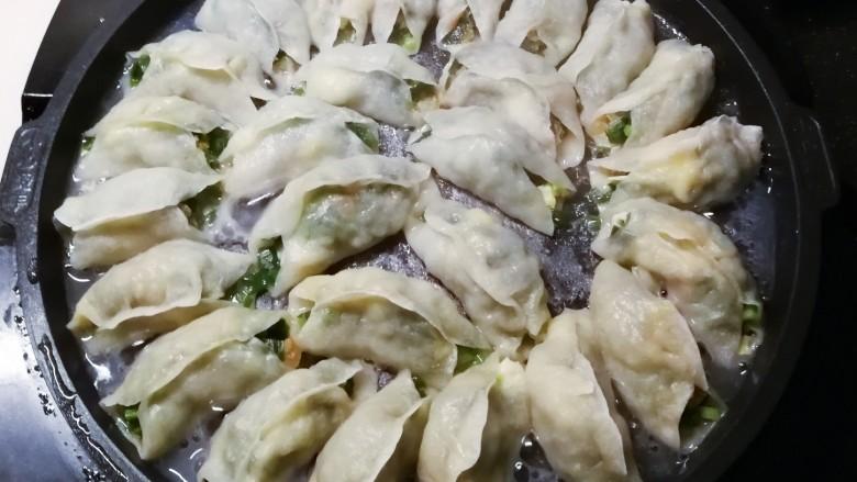 韭菜锅贴,加盖子 将锅贴煎熟
